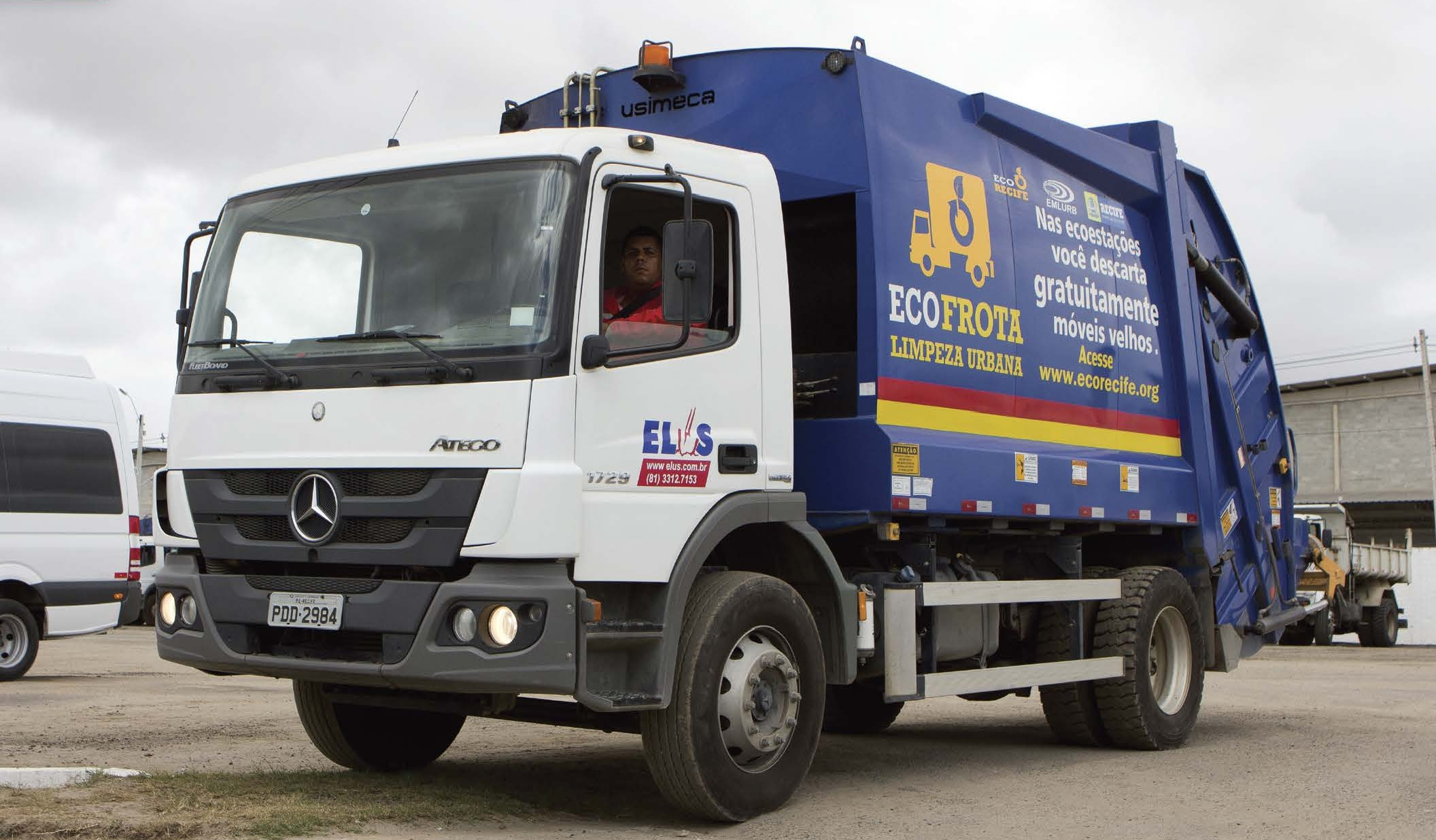 Mercedes-Benz Atego 1729 refusre truck equipped with a fully automatic Allison 3000 Series™ transmission in Brazil.